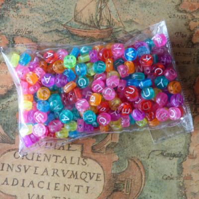 Betűgyöngy műanyag színes 5mm korong alapon fehér betűk 25g