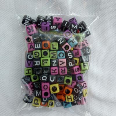Betűgyöngy műanyag 7*7mm színes-fekete betűvel, fekete-fehér betűvel min. 25g