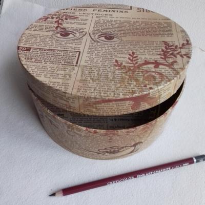 Karton doboz kerek, mintás 177*70mm magas (régi újságpapír minta)