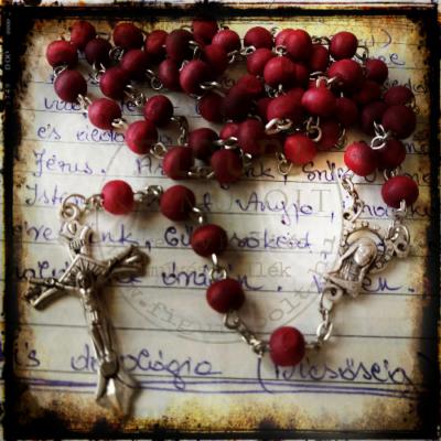 Imafüzér - rózsafüzér fém kereszttel, bordó fa gyöngyökkel